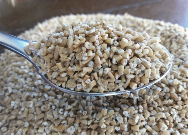 Bowl_of_dry_steel-cut_oats_with_full_spoon